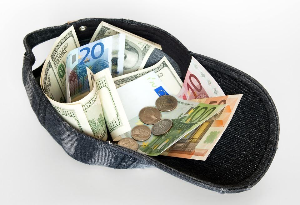 čepice s penězi