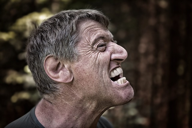 muž, vztek, zuby
