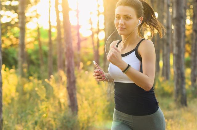 žena při běhu lesem