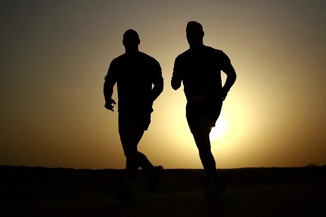 siluety mužů při běhu