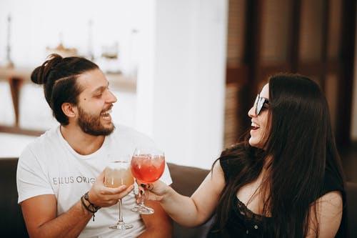 muž a žena přípitek