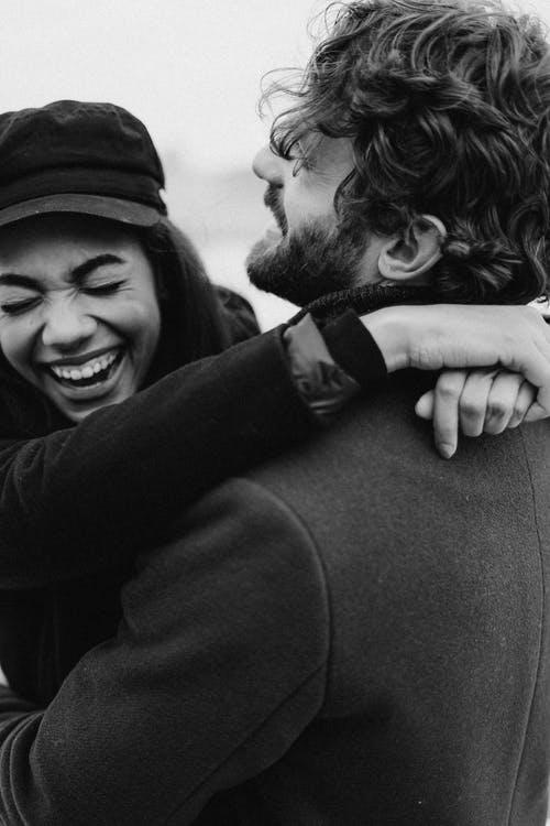 muž a žena se smějí